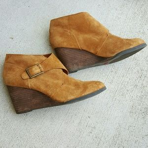 Women's lucky Brand tan suede wedge booties Sz 8.5